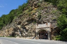 Часовня внутри скалы