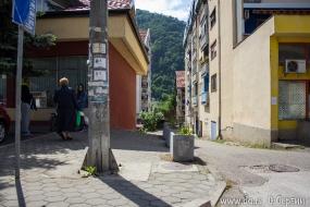 Со всех сторон городок окружают горы