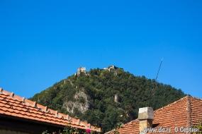 Наверху Зворничка крепость 13-го века