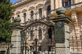 Ворота патриаршего подворья