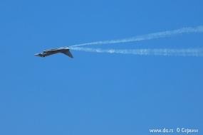 Eurofighter EF-2000 Typhoon выполняет бочку