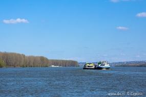 Две баржи на Дунае