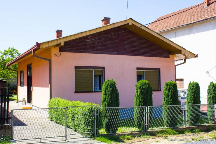 Дом недалеко от центра города Лозница