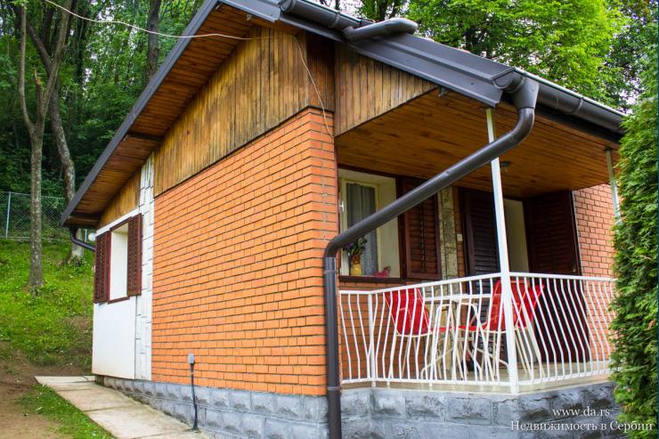 Небольшой дом на горе Гучево около курорта Баня Ковиляча