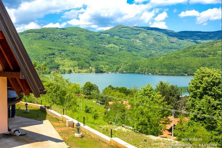 Новый дом в Национальном парке Тара с видом на реку Дрина