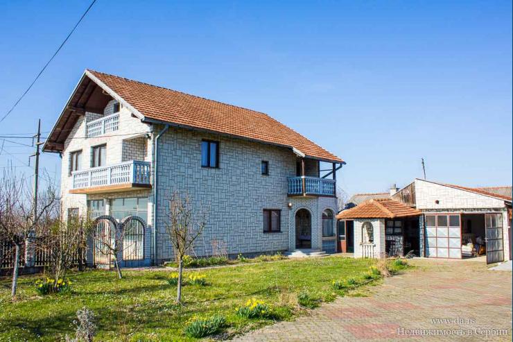 Дом с большим участком и садом в пригороде Лозницы