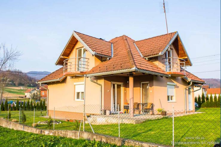 Новый дом в поселке недалеко от Лозницы с красивыми видами на горы