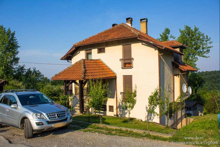 Большой дом с живописном месте в Лознице