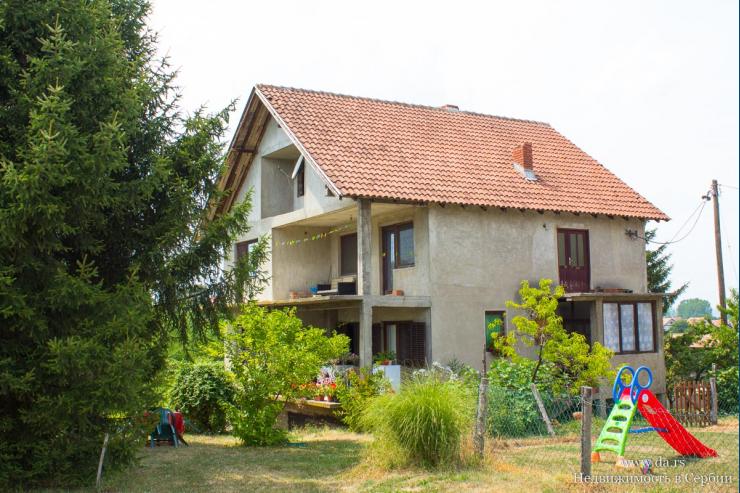 Большой дом с бассейном в Лознице