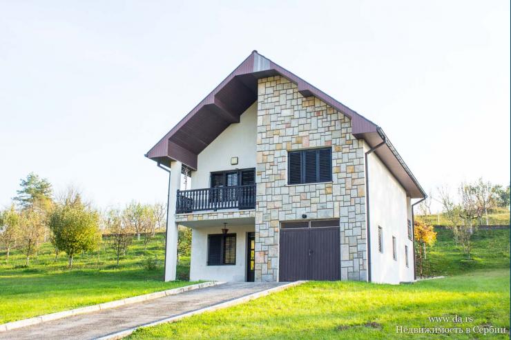 Красивый дом с большим садом и видами на горы недалеко от Лозницы