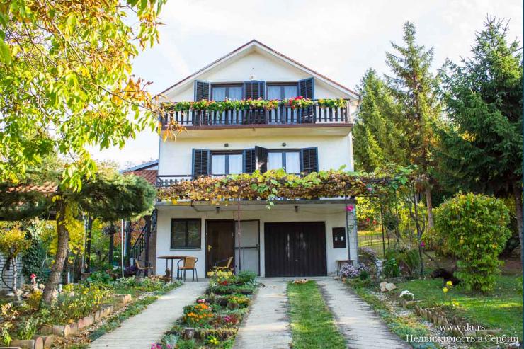 Дом в окружении зелени в пригороде Белграда
