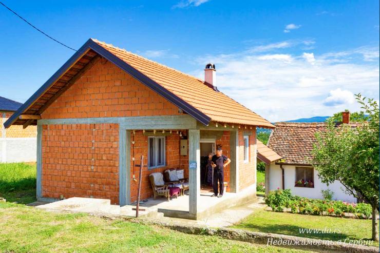 Небольшой дом в самой живописной части Лозницы