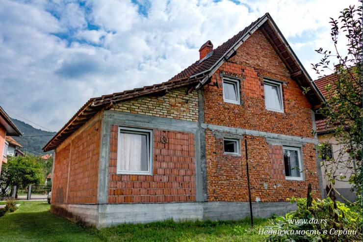 Дом с новым ремонтом в поселке недалеко от Баня Ковиляча
