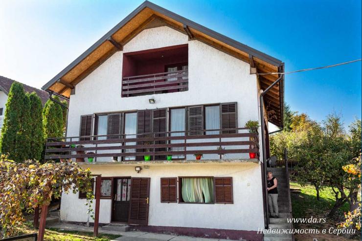 Дом на возвышенности в Лознице