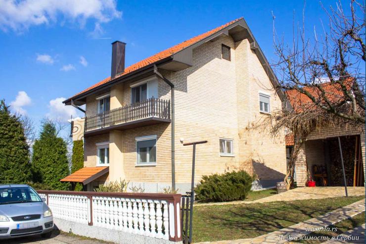 Городской кирпичный дом в центре Лозницы