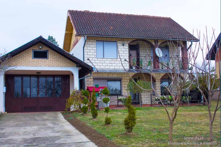 Двухэтажный дом в пригороде Лозницы