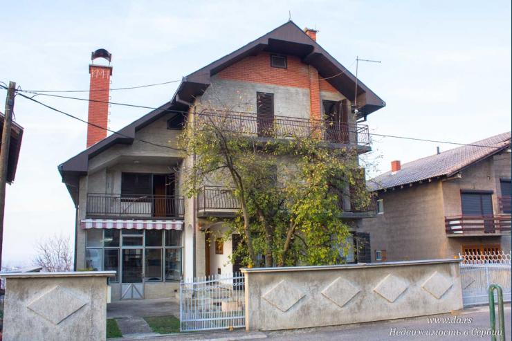 Трехэтажный дом в Лознице