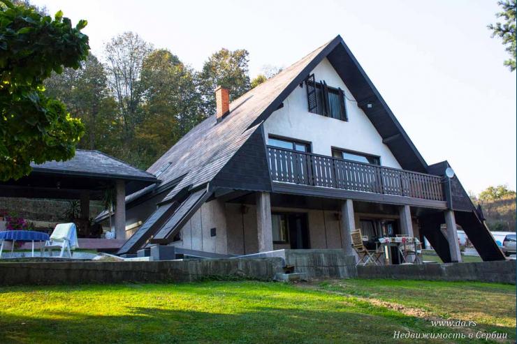 Дом-шале среди елей в пригороде Лозницы