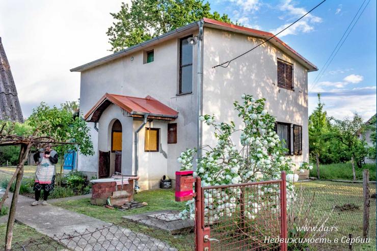 Дом в поселке в окружении природы