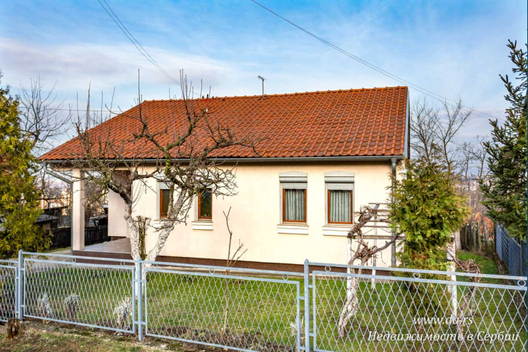 Хороший дом с садом с видами на город Лозницу