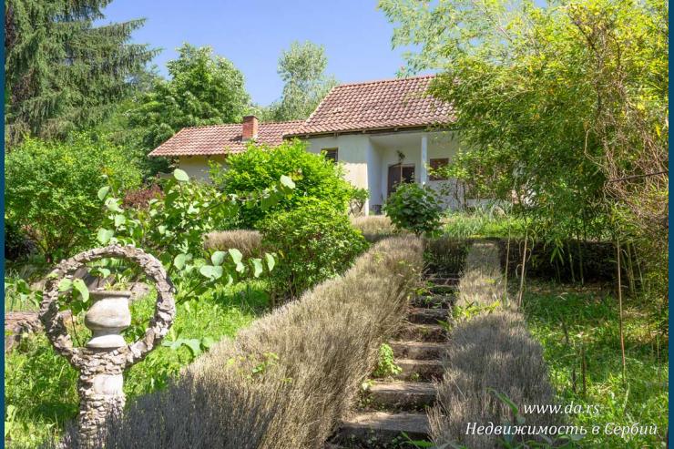 Дом с красивым двором в лесу в Бане Ковиляче