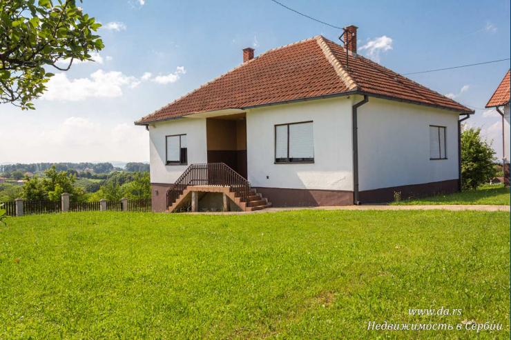 Имение с большим участком и садом в Лознице