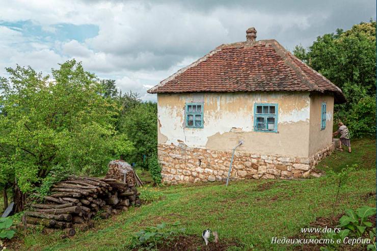 Старый дом с садом на горе Гучево