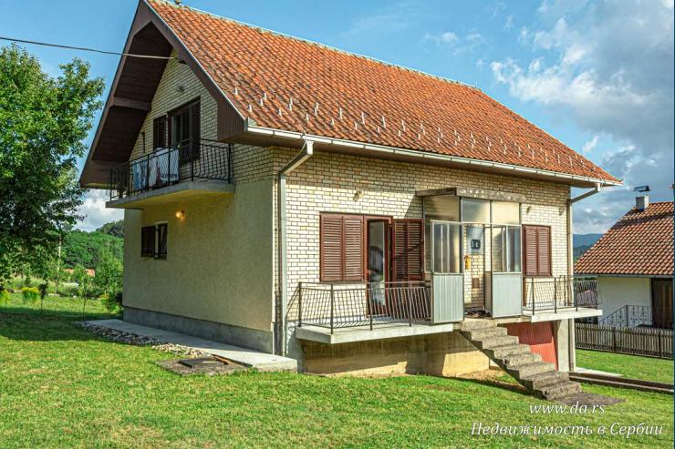 Отличный дом с садом с видами на горы в Лознице