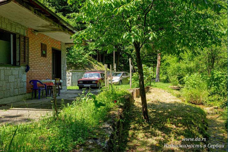 Недостроенный дом в лесу недалеко от озера
