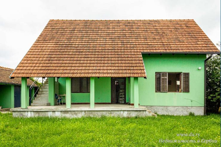 Небольшой дом с богатым садом в пригороде Лозницы