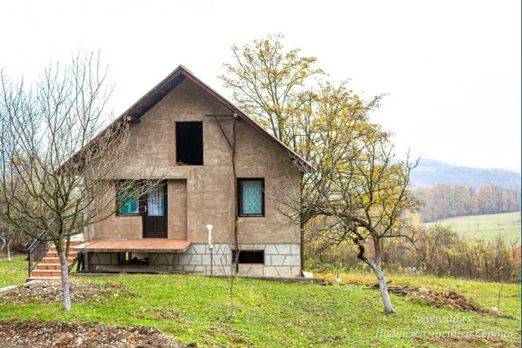 Недорогой дом с садом в живописном месте Лозницы