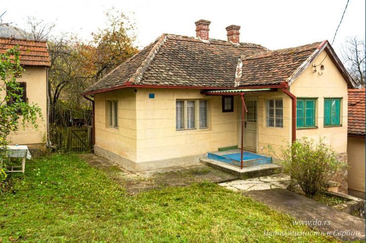 Два старых дома с большим участком