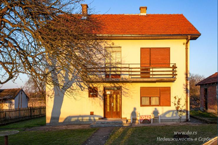 Двухэтажный дом с большим участком в Лознице
