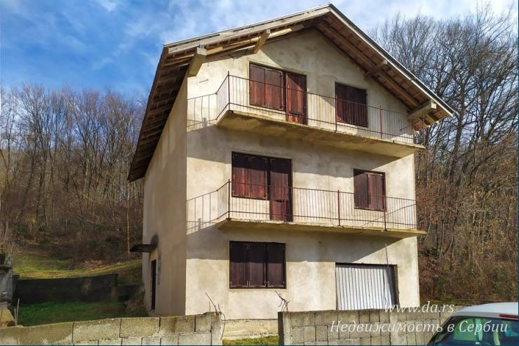 Недостроенный дом в центральной части Лозницы