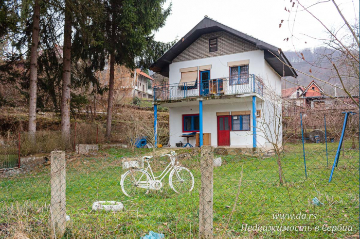 Дом рядом с берегом реки Дрины