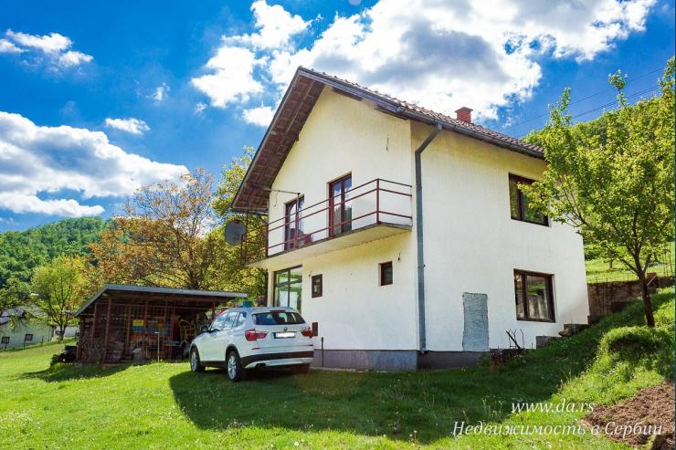 Дом в окружении холмов в Лознице