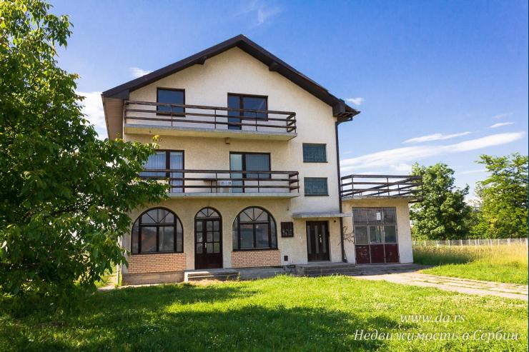 Просторный дом с коммерческим помещением в Лознице