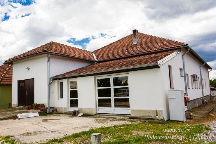 Просторный дом с птицефермой в Лознице