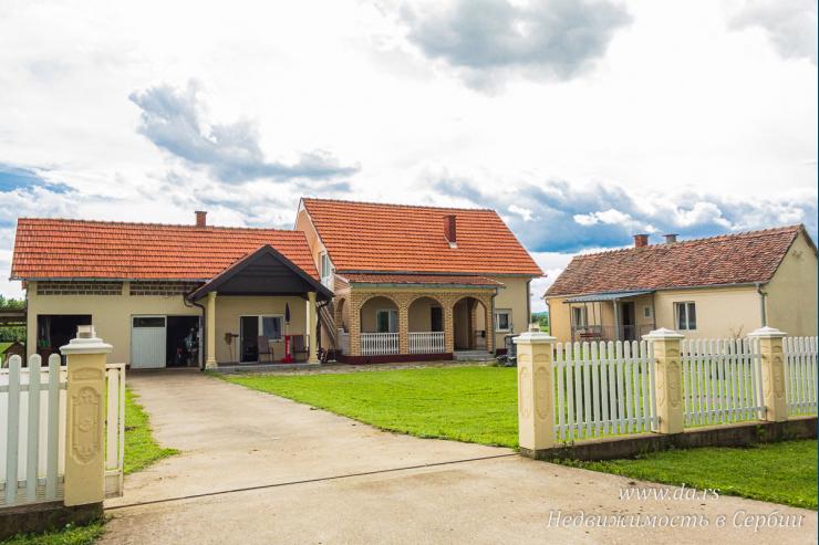 Два дома недалеко от Лозницы