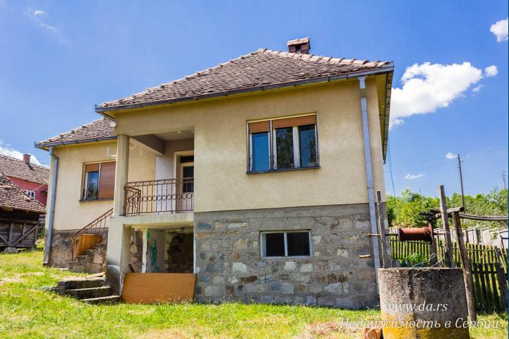 Недорогой дом в селе с большим участком