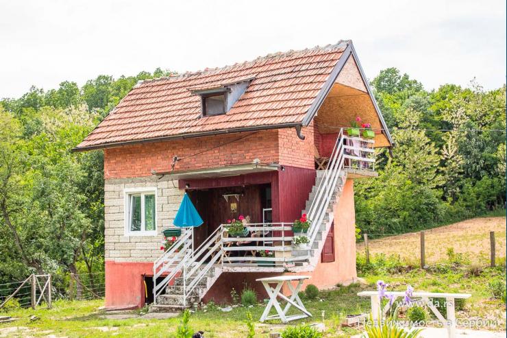 Небольшой дом в окружении гор