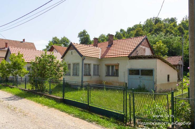 Два дома в пригороде Лозницы
