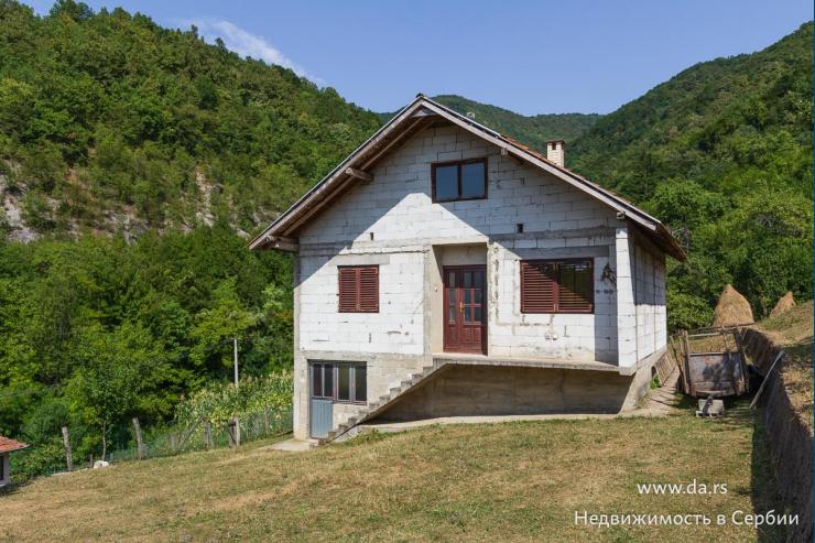 Новый дом в живописных горах в селе