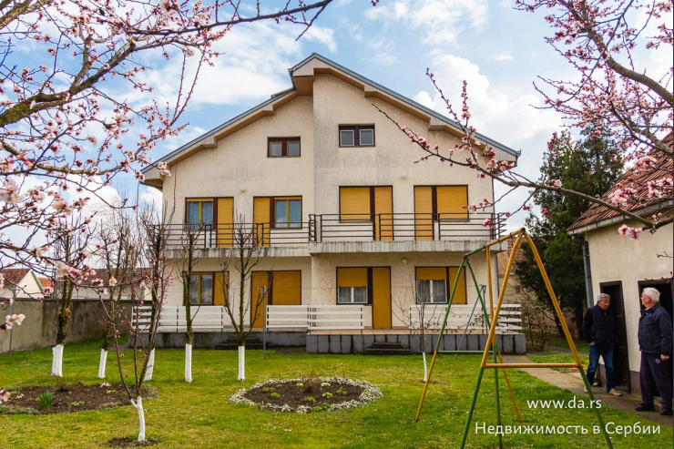 Большой дом на две семьи в Сремской Митровице