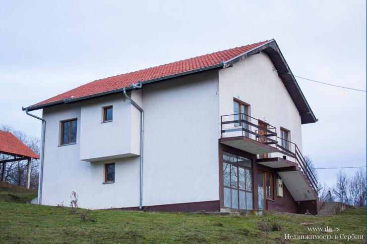 Новый дом в пригороде Младеновца с большим участком